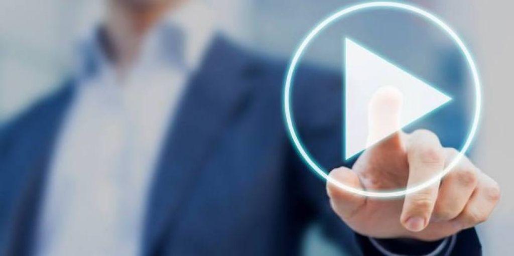 Por que os vídeos são o futuro da comunicação? - TEM UM HOMEM CLICANDO NO BOTÃO PLAY